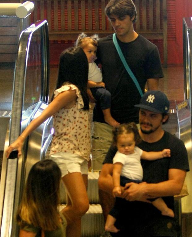 Mariana e Felipe Simas com Maria e Bruno Gissoni com Madalena  (Foto: J HUMBERTO/Agnews)