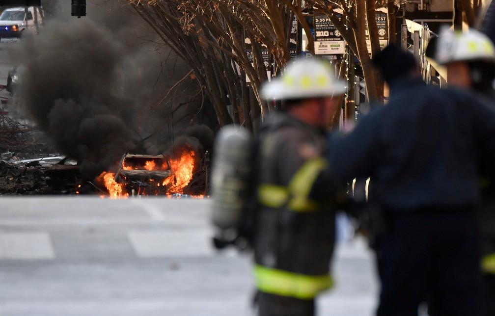 Um veículo pega fogo perto do local da explosão em Nashville, Tennesse, em 25 de dezembro de 2020 — Foto: Andrew Nelles/Tennessean.com/Reuters
