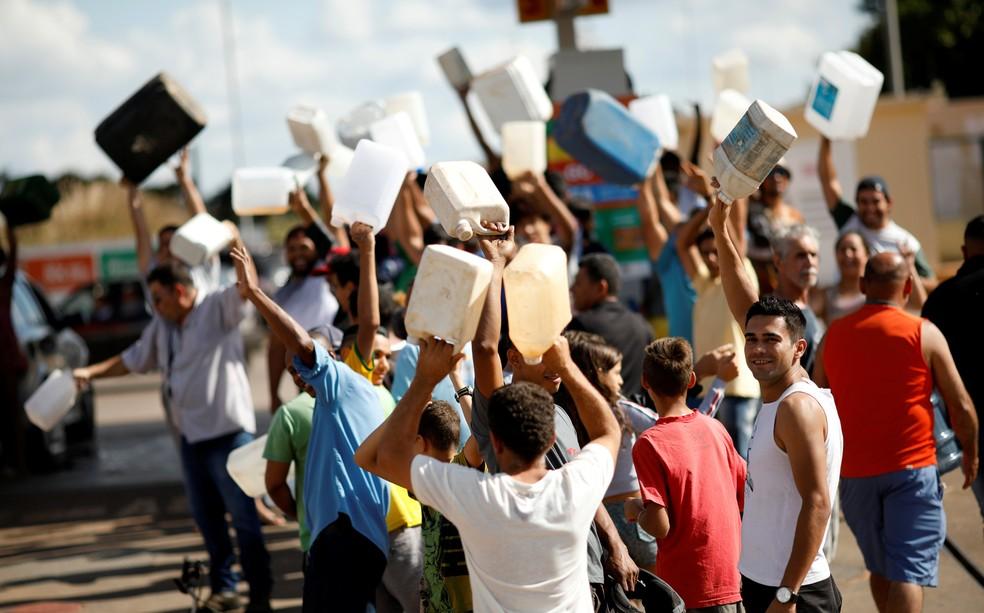 Moradores com galões vazios em frente a posto de combustível em Brasília (Foto: Reuters/Ueslei Marcelino)