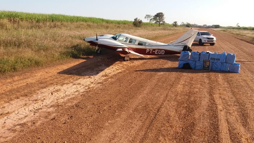 Aeronave foi abordada pela polícia após pousar em pista clandestina em Denise (MT) (Foto: Gefron-MT)