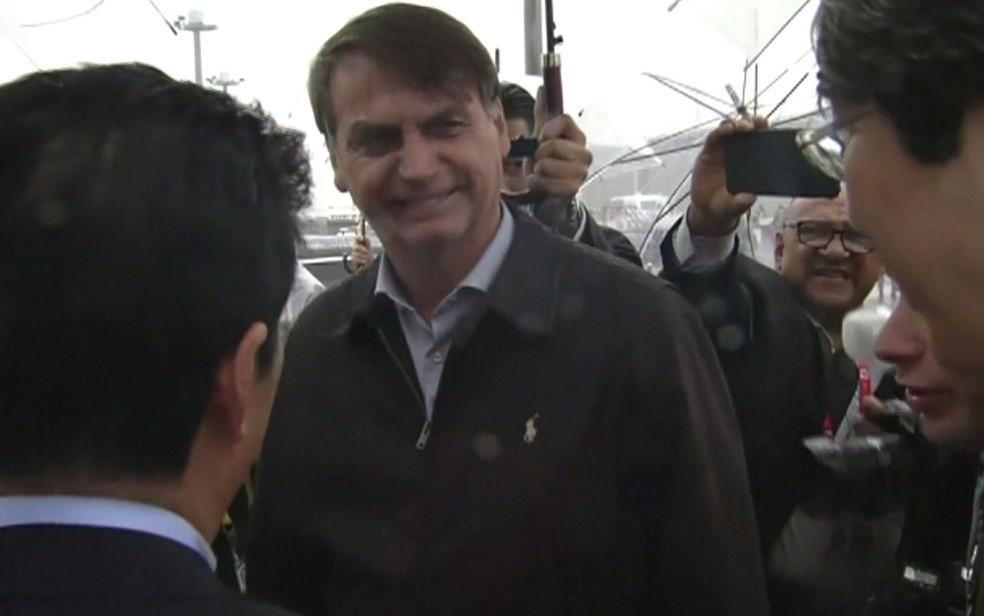 Bolsonaro ao desembarcar em Osaka — Foto: Reprodução / TV Globo