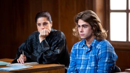 Vídeo mostra os bastidores da injusta condenação de João (Rafael Vitti), em 'Verão 90'