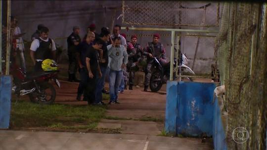 6 são mortos com tiros de fuzil em campo de futebol em Manaus