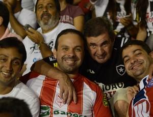 Torcedor do Sergipe leva o pai botafoguense para despedida do Batistão (Foto: João Áquila / GLOBOESPORTE.COM)