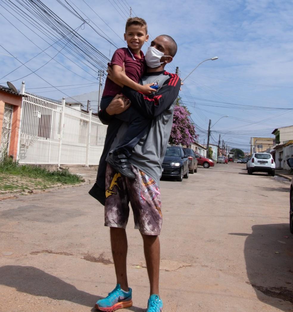 Lucas Moreira de Souza, 26 anos, reencontra filho após quase três anos preso por crimes que não cometeu — Foto: Rafael de Paula/ASCOM DPDF