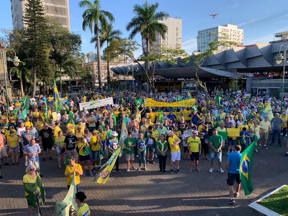 JOINVILLE, 16h20: Manifestação começou na Praça da Bandeira, no Centro. — Foto: Marco Antônio Mendes/NSC TV