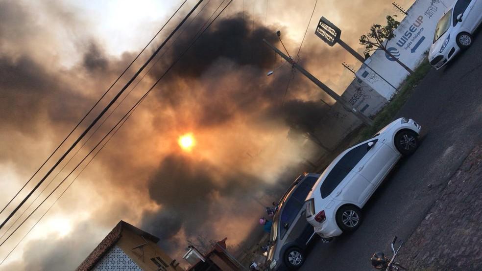 Grande quantidade de fumaça assustou os moradores na Morada do Sol — Foto: Anielle Brandão
