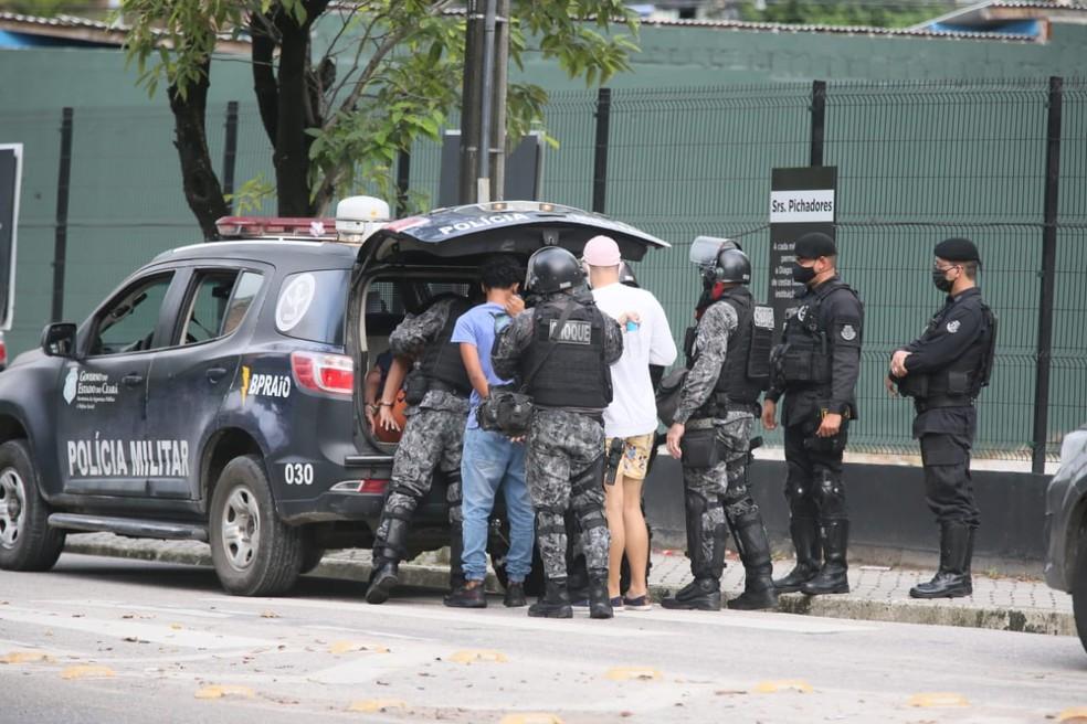 Quando algumas pessoas furaram o bloqueio, houve correria e alguns deles foram detidos no Bairro Meireles, em Fortaleza. — Foto: Kid Junior/SVM