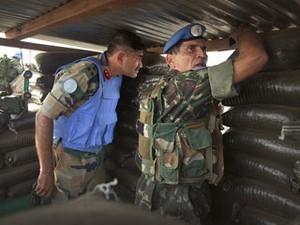 General Santos Cruz acompanha operação nos arredores de Gona, no Congo (Foto: Sylvain Liechti/ONU/divulgação)