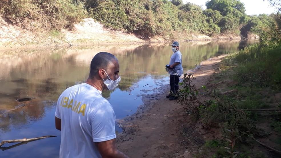 Fiscais do Ibama estiveram no local para coletar amostras — Foto: Ibama/Divulgação