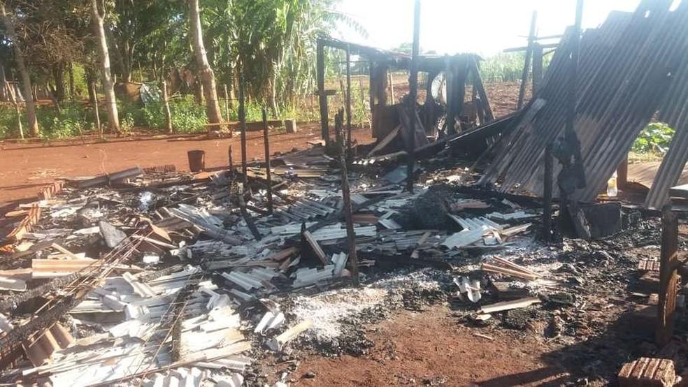 O homem colocou fogo na própria casa por ciúme da esposa com o vizinho. — Foto: Osvaldo Duarte/Site Dourados News