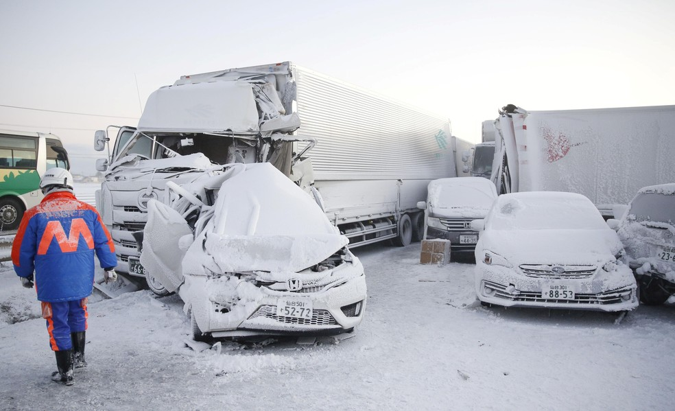 Carros e caminhões envolvidos em série de acidentes na rodovia Tohoku Expressway após tempestade de neve em Osaki, no norte do Japão — Foto: Kyodo via Reuters