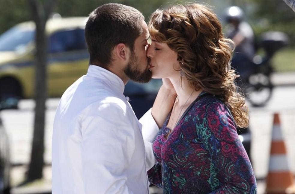 Cristina (Leandra Leal) e Vicente (Rafael Cardoso) trocam declarações e se beijam - Império — Foto: Raphael Dias/Globo