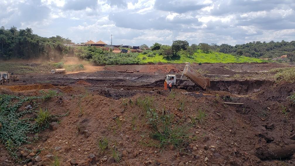 Área atingida pela lama na região do bairro Parque da Cachoeira concentra caminhões e máquinas trabalhando — Foto: Raquel Freitas