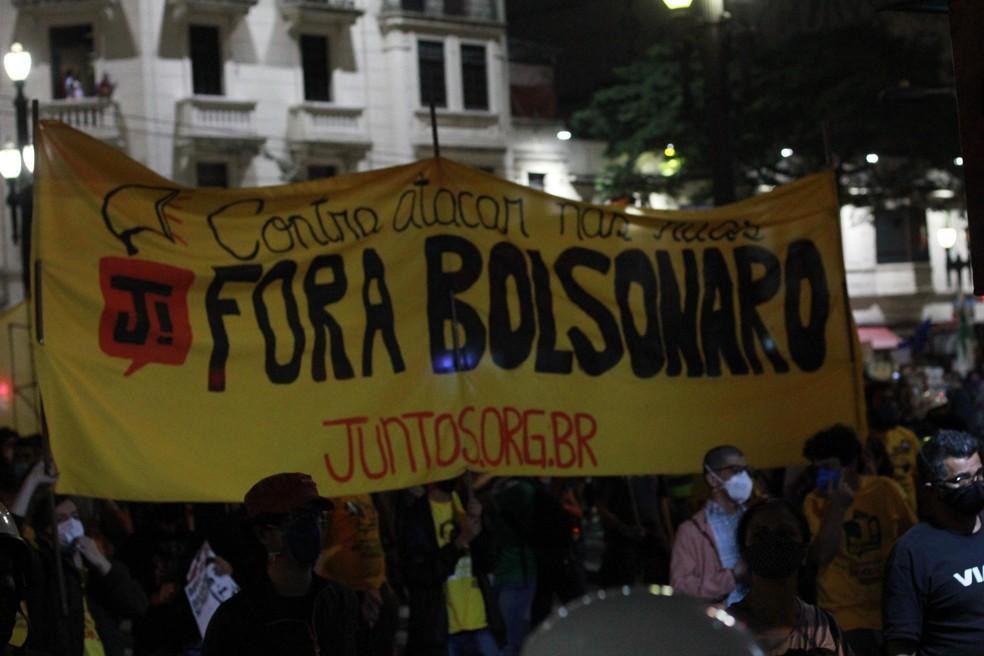 Protesto contra o presidente Jair Bolsonaro na Praça Ramos de Azevedo no centro nesta terça-feira (13). — Foto: ADRIANO TOMÉ/FUTURA PRESS/ESTADÃO CONTEÚDO