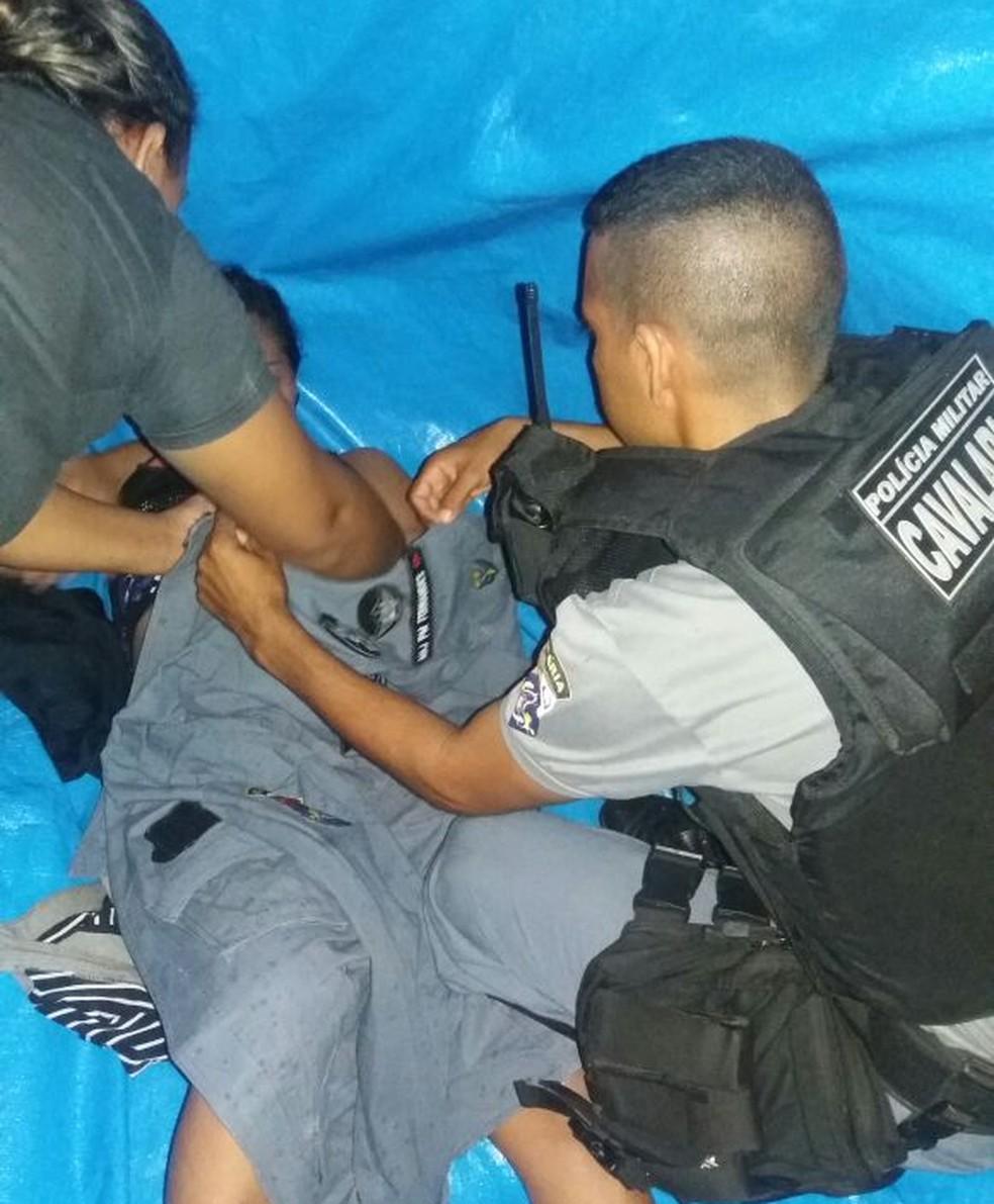Major da PM usou farda para cobrir mãe e filho após o parto em MT (Foto: PMMT/Divulgação)