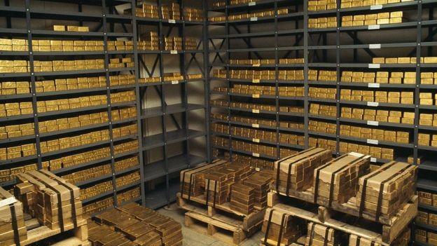 Bancos centrais aumentaram sua compra de ouro, particularmente os de países atingidos por sanções americanas (Foto: Getty Images via BBC News Brasil)