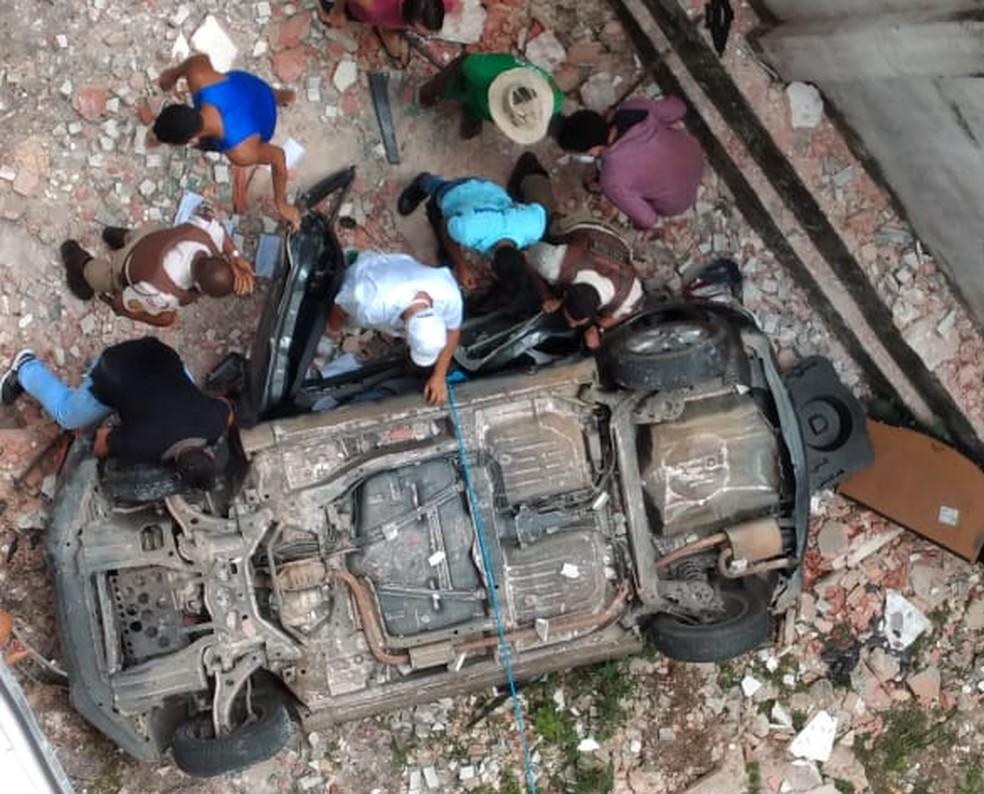 Carro cai de área de prédio em Salvador — Foto: Arquivo pessoal
