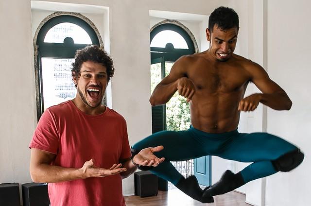 José Loreto com o bailarino Isaias Estevam (Foto: Reprodução)