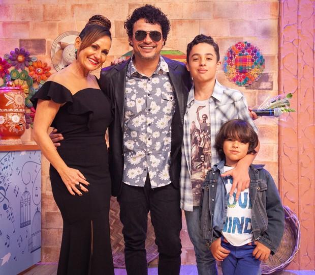 Léo Maia com os filhos Jorge e Bento, e Faa Morena (Foto: Andrea Dallevo)