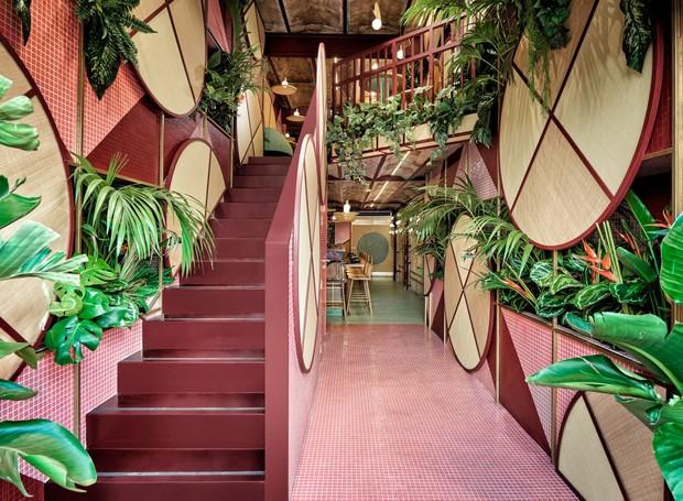 Os arquitetos se inspiraram no movimento do Tropicalismo, que ocorreu no Brasil na década de 1960 (Foto: Luis Beltran/ Dezeen/ Reprodução)