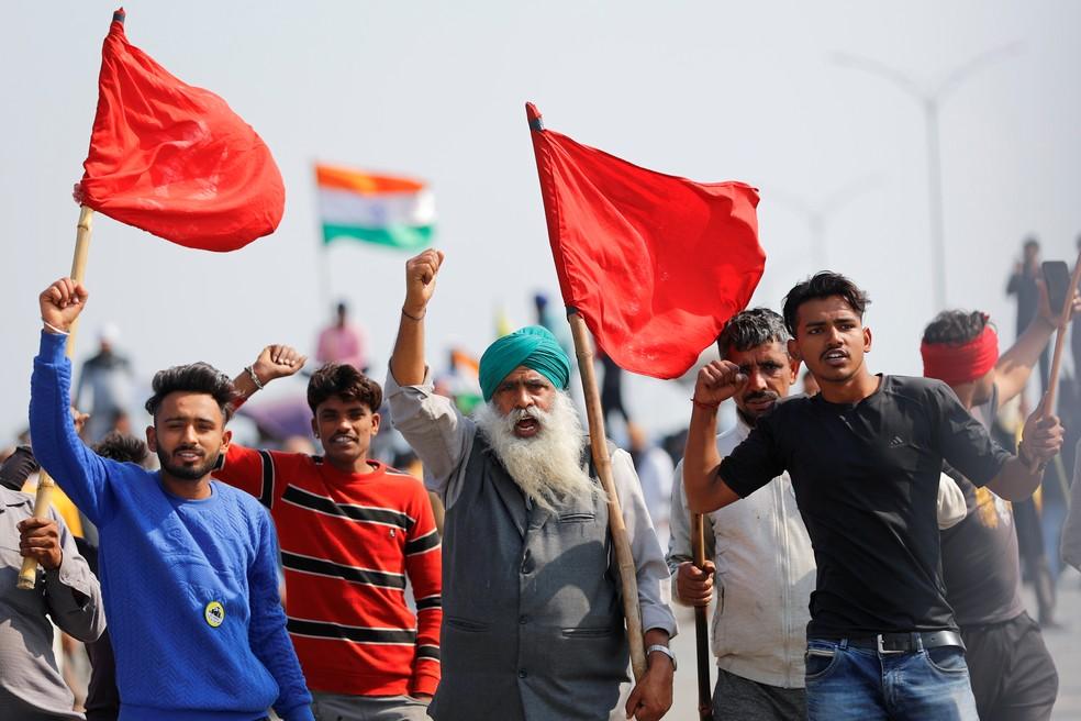 Trabalhadores rurais protestam contra as novas leis agrícolas na índia. — Foto: Reuters.