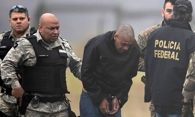 Adélio Bispo de Oliveira é escoltado por policiais no aeroporto de Juiz de Fora