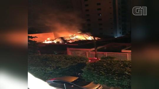 Idosa morre após incêndio em casa na região central de Bauru; vídeo