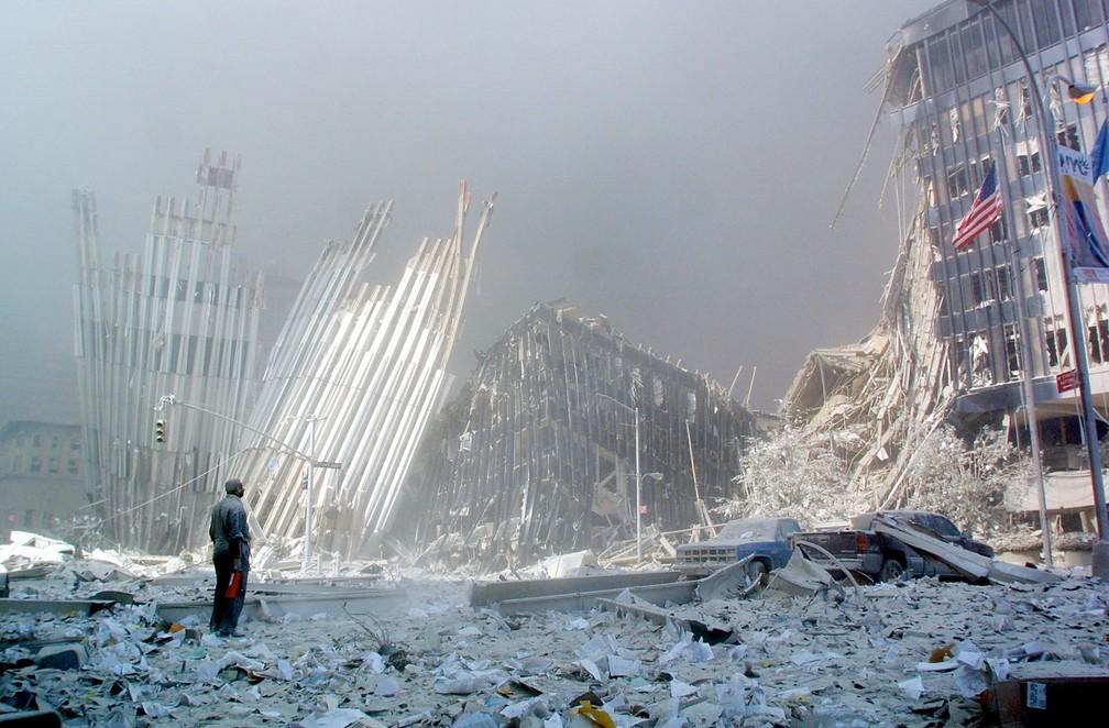 Homem grita oferecendo ajuda em busca de sobreviventes diante dos escombros do World Trade Center, após o desmoronamento das duas torres no atentado do 11 de Setembro em Nova York — Foto: Doug Kanter/AFP/Arquivo
