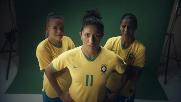 Andressinha, Cristiane e Fabi Simões, jogadoras da seleção brasileira em ação da Guaraná Antarctica (Foto: Divugação)