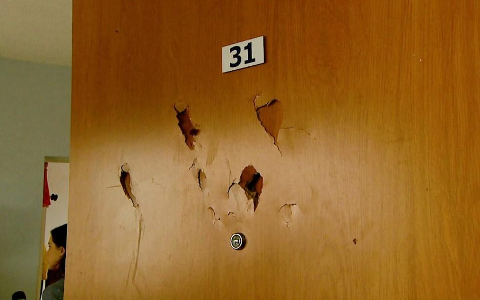 Irmãos contam que vizinha bateu na porta do apartamento com pedaço de pau (Foto: Paulo Souza/EPTV)