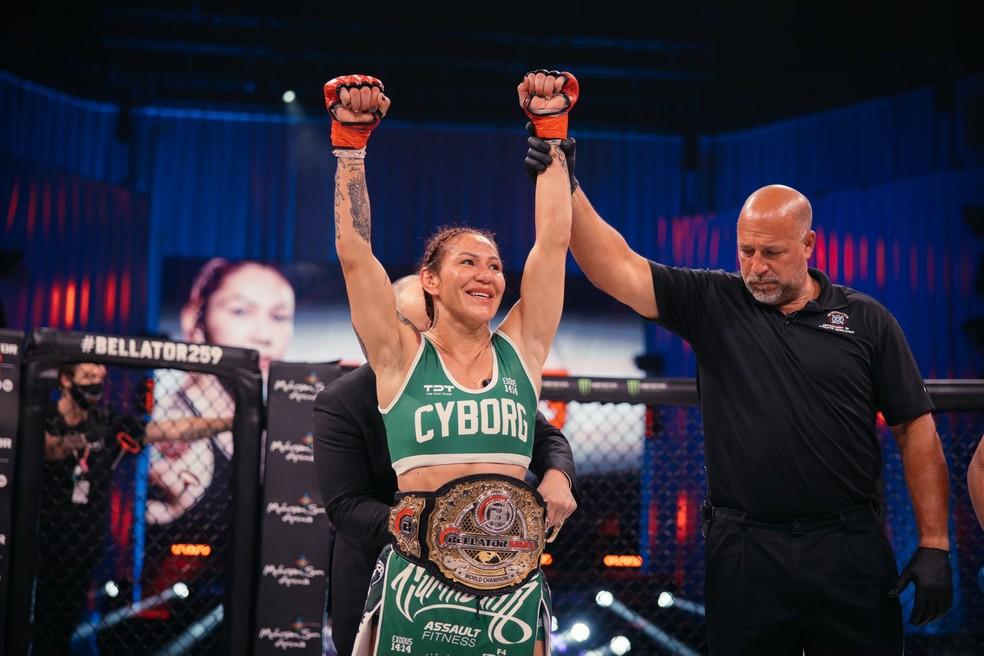 Cyborg defendeu com sucesso o cinturão peso-pena do Bellator — Foto: Bellator