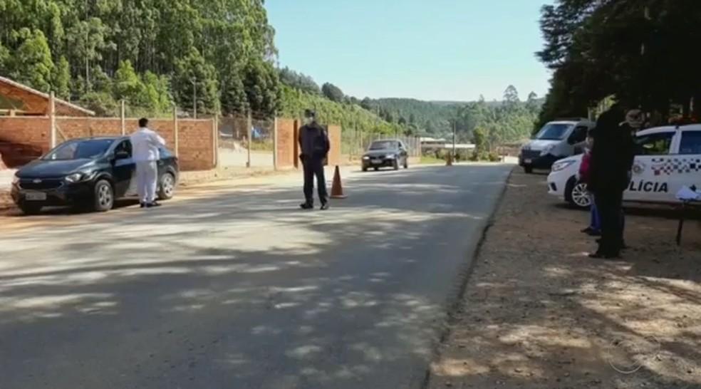Equipes da saúde e segurança de Bom Sucesso de Itararé realizam monitoramento na entrada da cidade — Foto: Reprodução/TV TEM