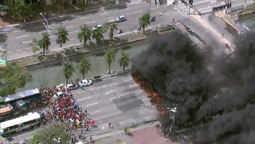 Avenida Agamenon Magalhães, na área central do Recife, é um dos pontos bloqueados pelos manifestantes (Foto: Reprodução TV Globo)