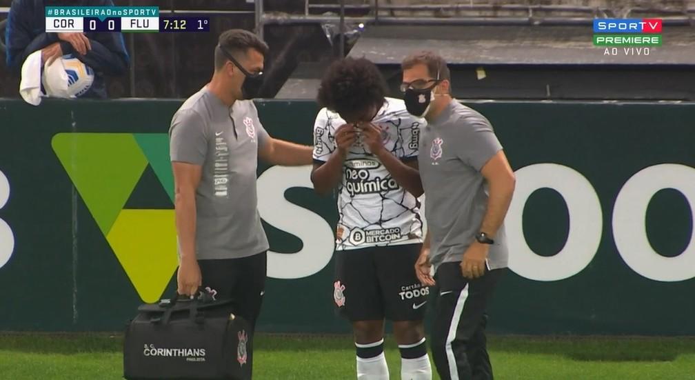 Willian sai com dores no início de Corinthians x Fluminense — Foto: Reprodução