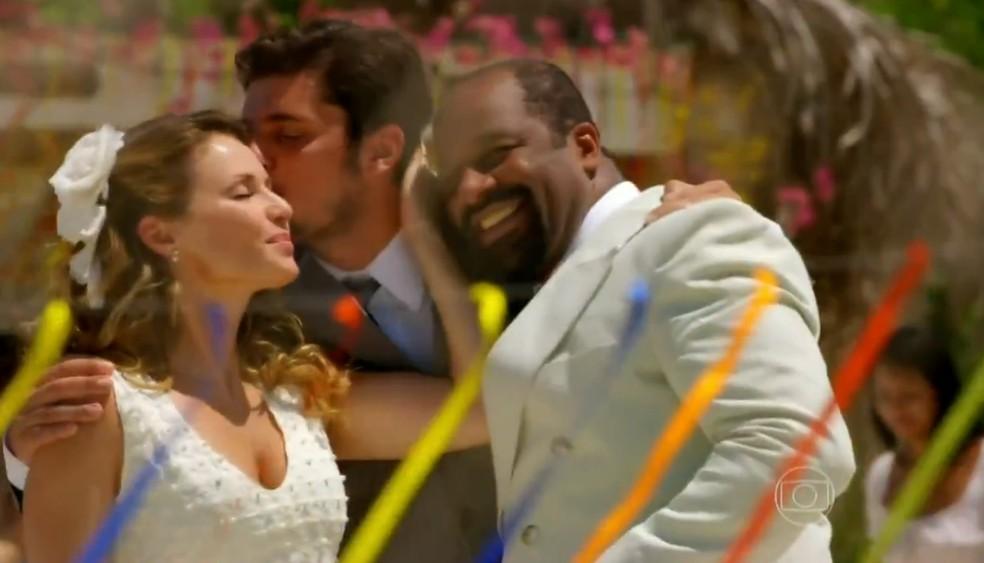 Juliano (Bruno Gissoni) sempre deu força para o relacionamento de Quirino (Aílton GRaça) e Doralice (Rita Guedes), em 'Flor do Caribe' — Foto: Globo