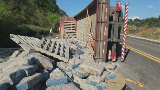 Motociclista morre após bater de frente com caminhão em Muzambinho, MG