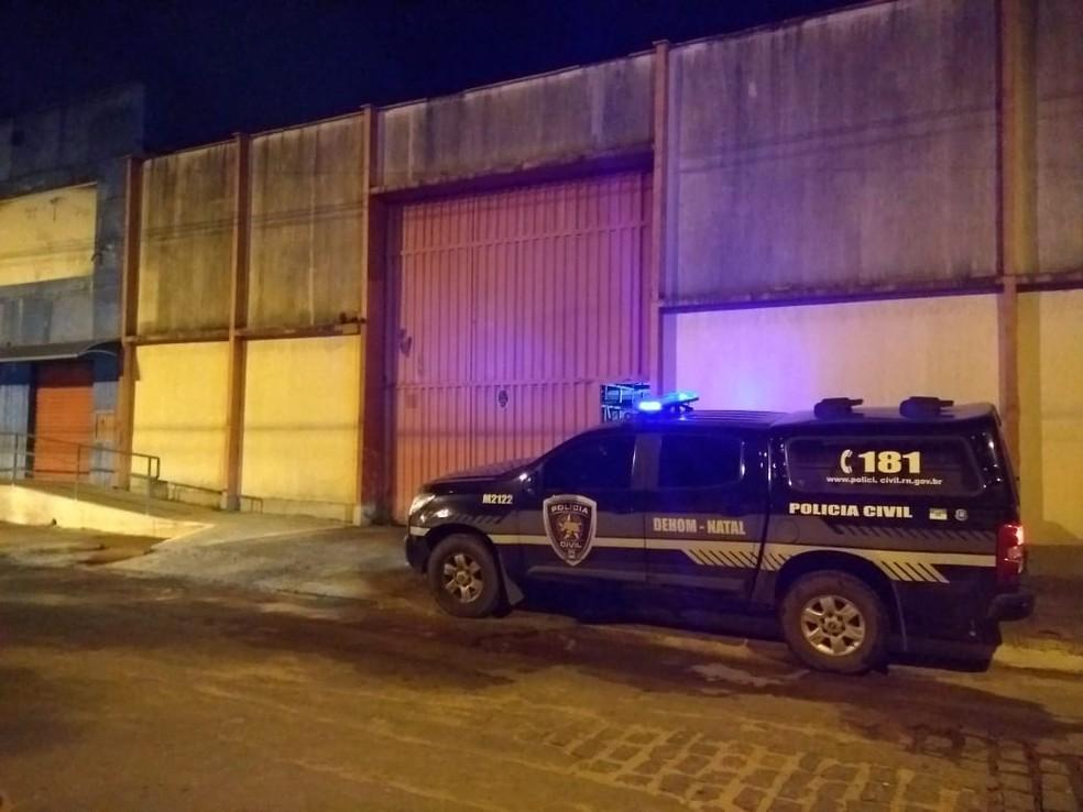 Policial Melqui Djalcy Rodrigues foi morto em frente a uma loja de material de construção (Foto: Acson Freitas/Inter TV Cabugi)
