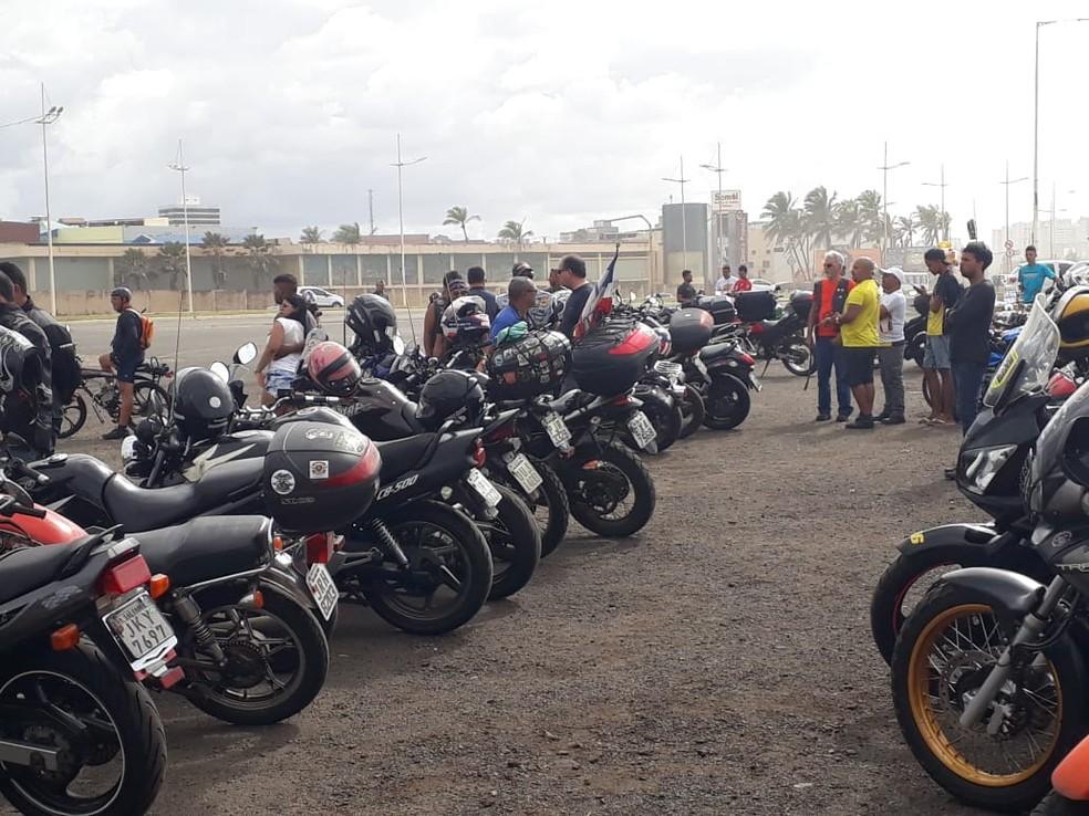 Dezenas de motociclistas participam do protesto (Foto: Andréa Silva/TV Bahia)