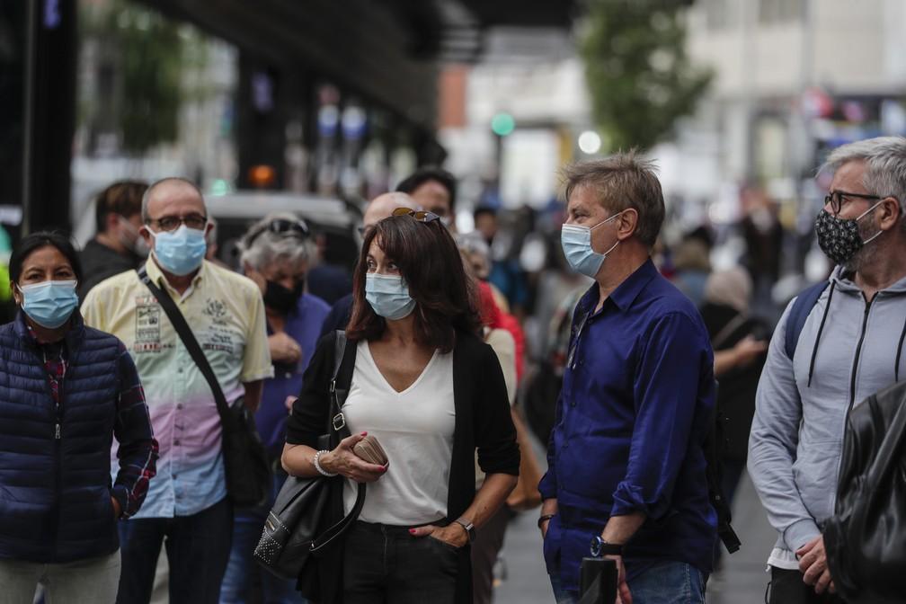 Pessoas usam máscara de proteção contra o novo coronavírus no centro de Madri nesta sexta-feira (18) — Foto: Manu Fernandez/AP