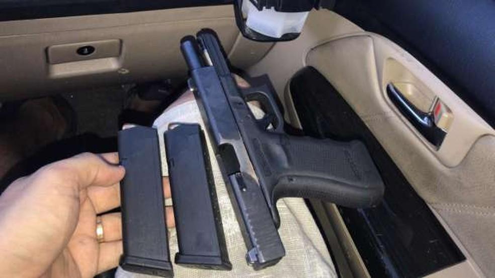 """Comparsa de """"Mago"""" é preso com pistola e drogas em Caucaia, na Grande Fortaleza. — Foto: SSPDS/ Divulgação"""