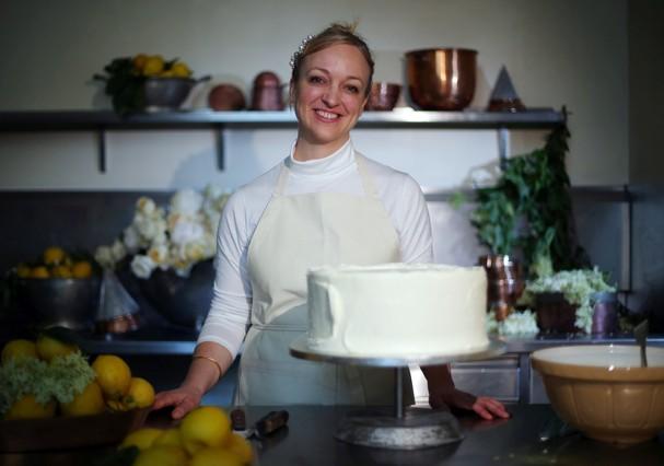 Claire Ptak, da Violet Bakery, mostra detalhes dos bolos do casamento real (Foto: Getty Images)