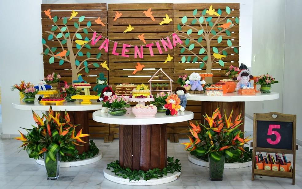 Na decoração das festas sustentáveis, podem ser usadas flores naturais e pallets  (Foto: Gilvan Araujo)