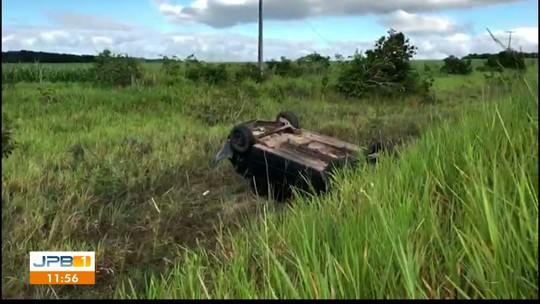 Motorista perde controle do carro na BR-101 e capota