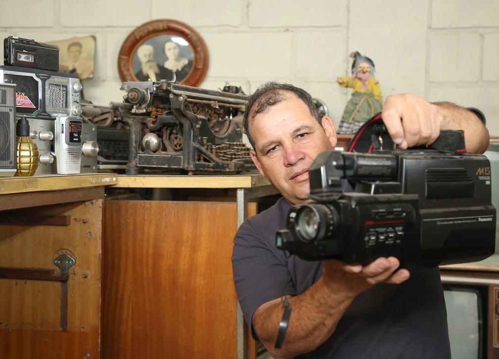 Museu montado pelo seo Dirceu tem mais de 1,2 mil peças que vieram do lixo  — Foto: Giuliano Gomes/PR Press