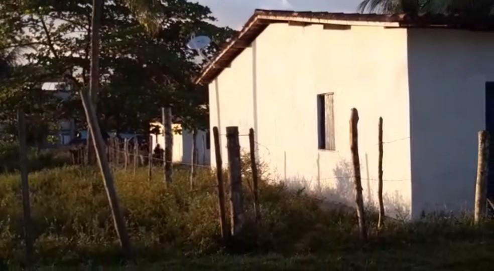 Casal de Camaçari foi levado para a sede da PF em Salvador — Foto: Adriana Oliveira/TV Bahia
