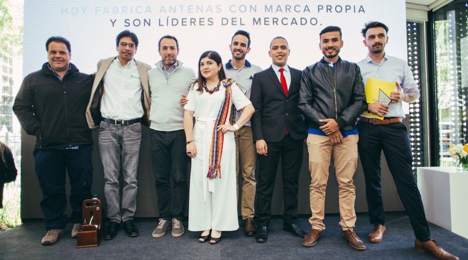 Da esquerda para a direita, os finalistas do prêmio: Mermot, Aguilar, Marcos Galperín (fundador do MercadoLivre), Dia, Prado, Noriega, Montejo e Romano (Foto: Divulgação)