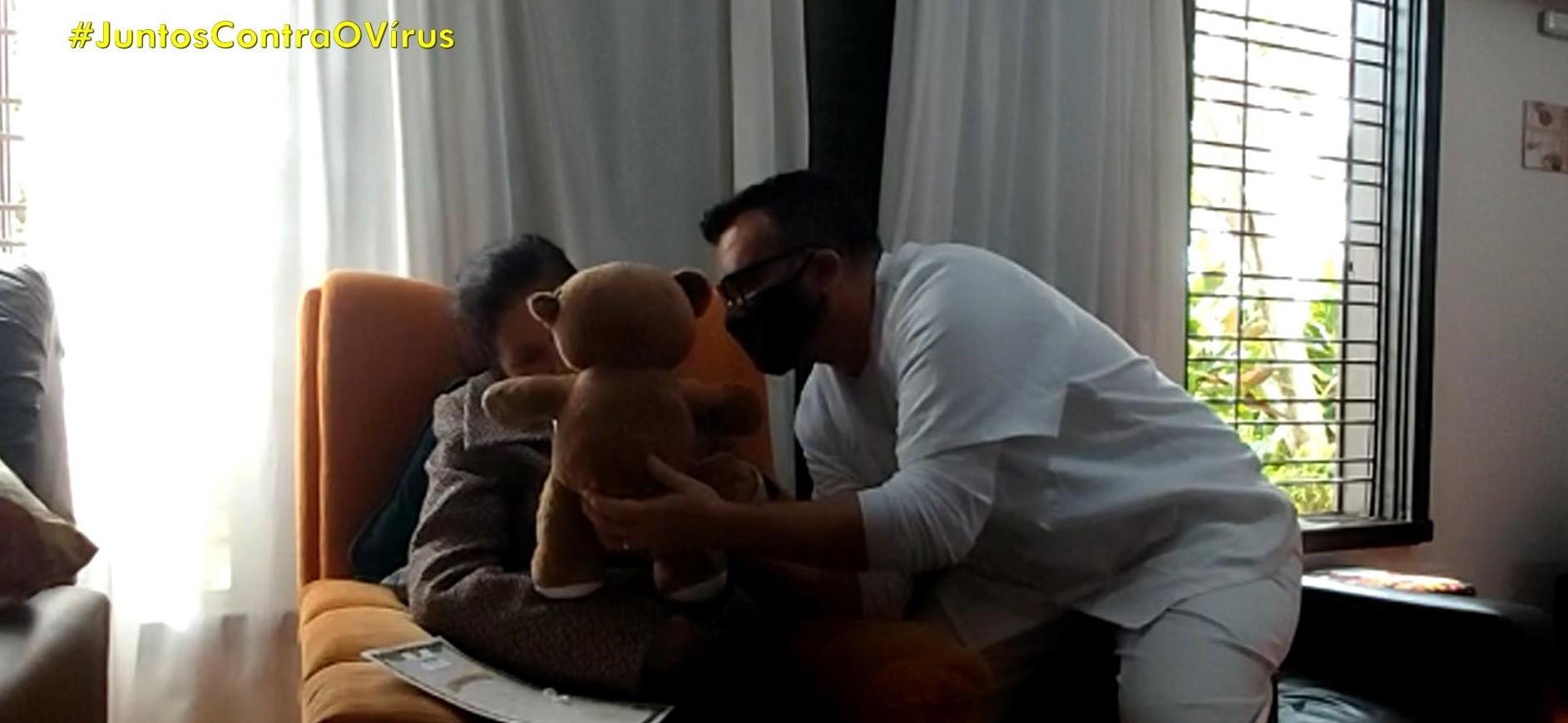 Ursinhos personalizados aproximam filhos de mães que moram em casa geriátrica de Porto Alegre