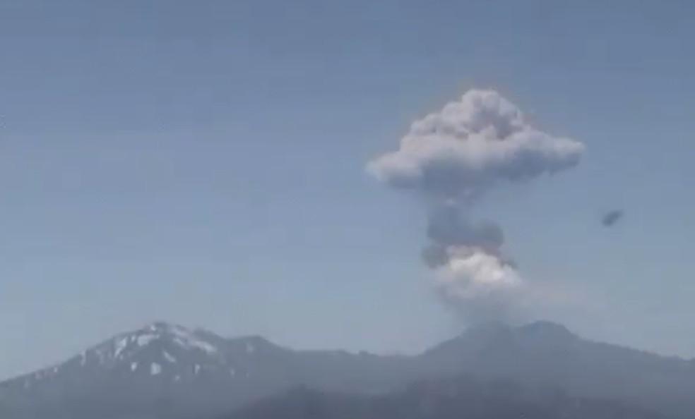 Nevados de Chillán, no Chile, lançam coluna de gases nesta quinta-feira (30) — Foto: Sernageomin/Reprodução/Twitter
