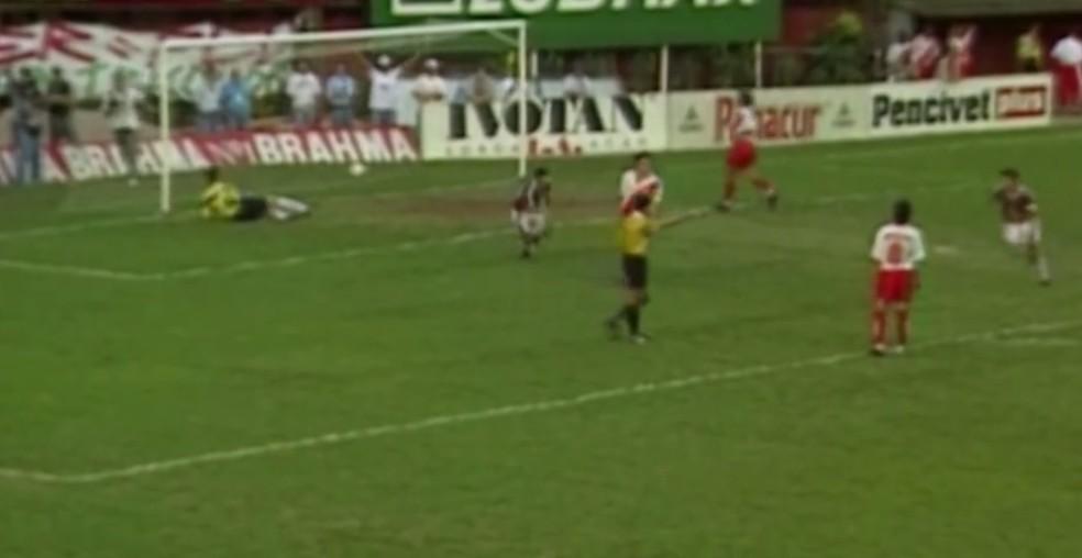 O Fluminense caiu no campo em 1996, mas o rebaixamento não foi computado depois de mais uma virada de mesa — Foto: Reprodução SporTV